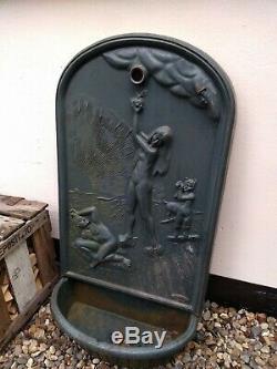 1x Fonte Fontaine D'eau Godin Fer Caractéristique De Mur De Jardin Adam Et Eve Avec Le Chien