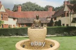 Baignoire Granery Avec La Fontaine Sereine D'eau De Pierre De Bouddha Comportent L'ornement De Jardin