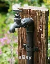 Baril En Bois Et Seau Caractéristique D'eau Traditionnelle, Fontaine De Jardin, Lumières, Solaire