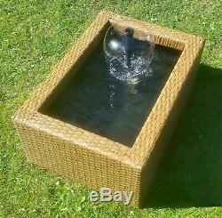 Bassin D'eau De Jardin En Rotin Entouré D'une Fontaine Intérieure / Extérieure D'un Étang
