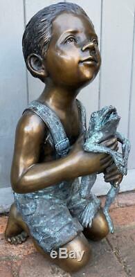 Bronze Fontaine D'eau Caractéristiques Jeune Garçon Tenant Sculpture Haut Jardin De Grenouille