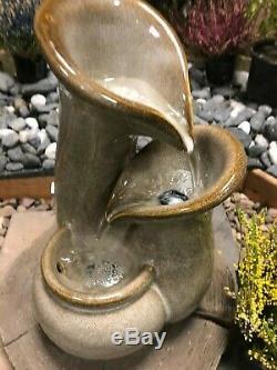 Caractéristique De L'eau Actionnée Solaire En Céramique, Fontaine Solaire De Jardin Avec Des Lumières