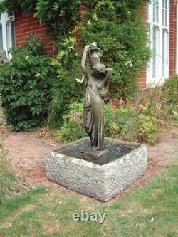 Caractéristiques De La Fontaine Et Du Jardin D'eau De Nicole Statue