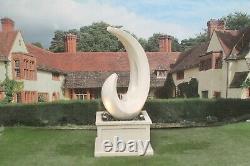 Éclat Sur La Fontaine D'eau De Baquet Patrimoniale Comportent La Statue D'ornement De Jardin En Pierre