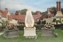 Flamme Sur La Fontaine D'eau De Baquet De Patrimoine Comportent La Statue D'ornement De Jardin En Pierre