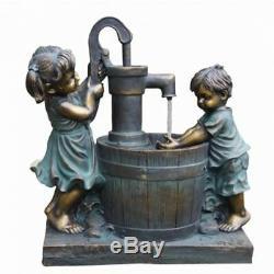 Garçon Et Fille À Canon Solaire De Fonction De Jardins D'eau Fontaine