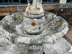 Grand Garçon Classique De Fontaine D'eau À Deux Niveaux Avec L'oiseau