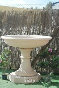 Grand Ornement De Jardin De Fontaine En Pierre Et D'eau De Pedastal