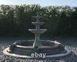 Grande Piscine Napolitaine Entourant La Fontaine D'eau De Jardin En Pierre De Barcelone