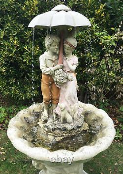 Jardin Fontaine D'eau Couple Feature Et Le Chien Avec Umbrella H135cm W70cm