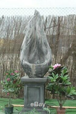 La Fontaine D'eau Contenue Autonome De Flamme Comportent La Statue En Pierre D'ornement De Jardin