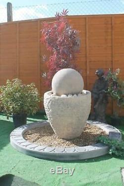 La Fontaine D'eau En Pierre De Boule De Baignoire De Granery Comportent La Pompe Solaire D'ornement De Jardin