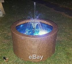 La Fontaine De La Caractéristique De L'eau Led Allume Le Rotin Brun De Platelage De Bassin De Jardin